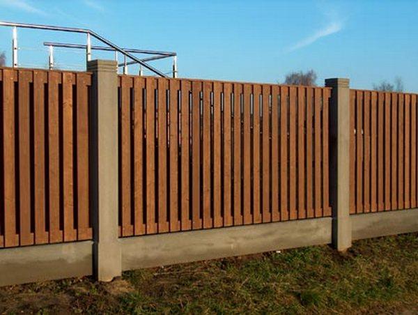 Забор - столбы и цоколь - блоки, зашивка - доска.  Высота 2 метра.  Стоимость забора с установкой 8200 р. за м.п.