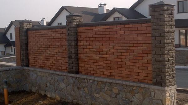Забор из кирпича и камня