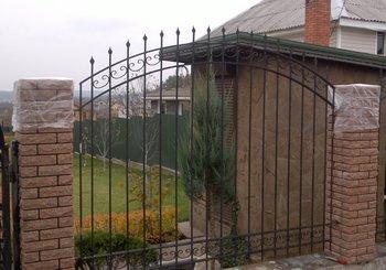 Забор из кирпича с ковкой