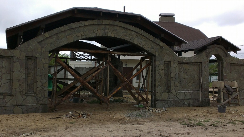 забор из кирпича облицованный камнем