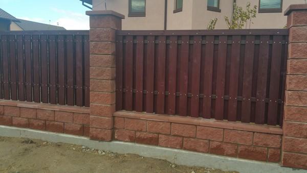 Забор из колотых блоков с деревом цена