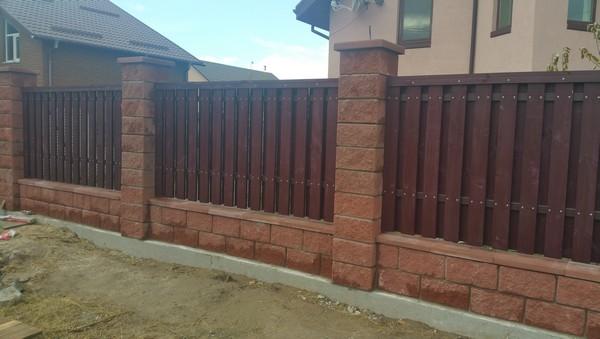 Забор из колотых блоков с деревом недорого