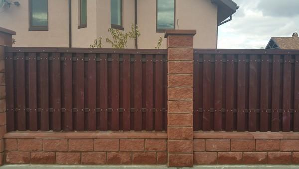 Забор из колотых блоков с деревом низкая цена